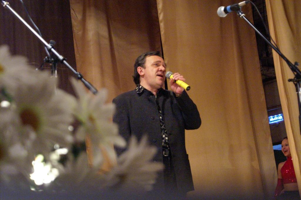На сцене Олег Кошкин
